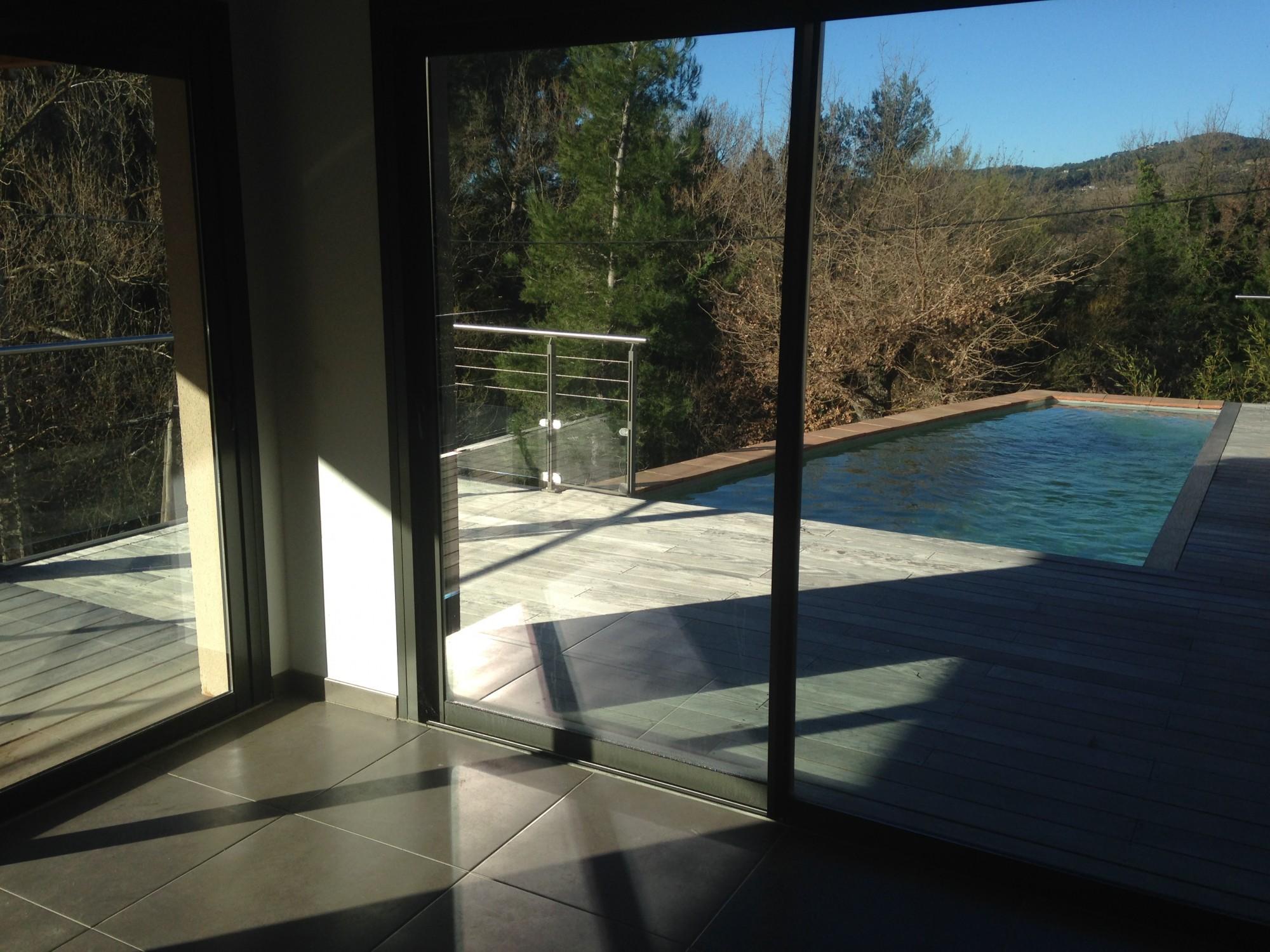 Baie vitr e en aluminium d une villa hy res shm m tallerie for Fenetre villa
