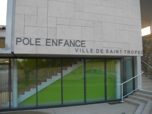 Enseigne du Pôle Enfance de Saint-Tropez
