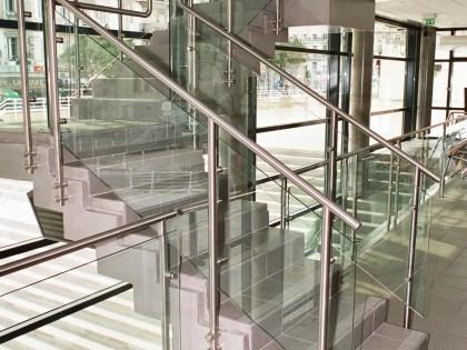 Escalier intérieur de la gare routière à Toulon