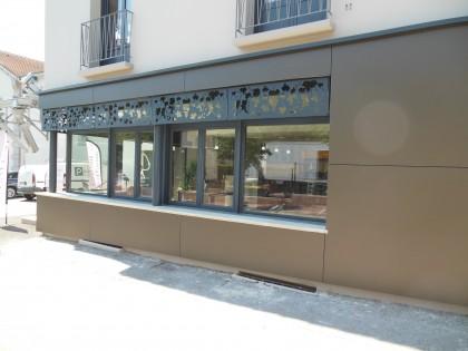 Fenêtres en alu au Comptoir des vins à Flassans